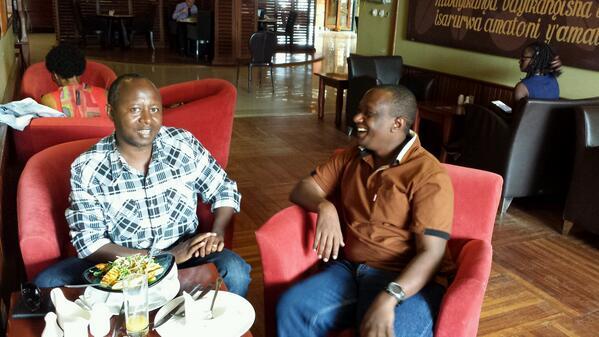 LT Col Francis Gakwerere, iburyo ku  ifoto, we yatangiwe ruswa, none reba aho yibereye i Kigali, byeri yazihaze!