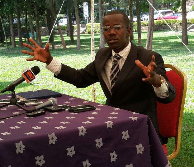 Me Evode Uwizeyimana aganira n'abanyamakuru mu busitani bwa Hoteli laparisse