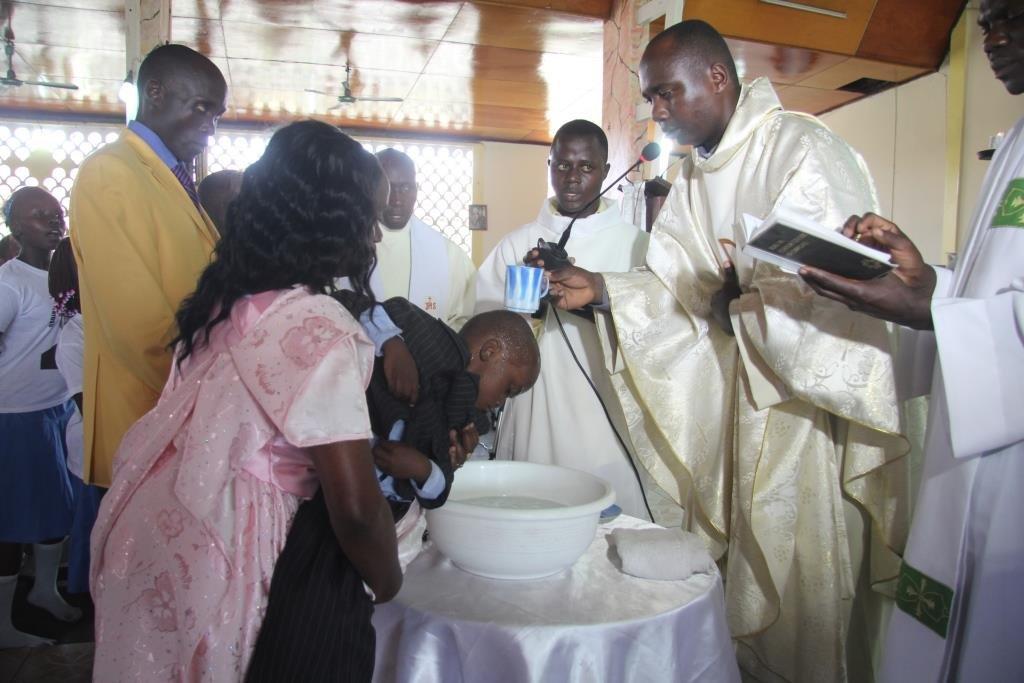 Padiri Alexis abatiza umwana, atura igitambo cy'ukaristiya